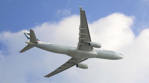 LEWIS vliegt met Cathay Pacific
