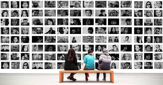 fotografias de pessoas na parede